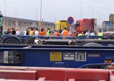 http://www.veintepies.com/images/foto07/transportistas_huelga.jpg
